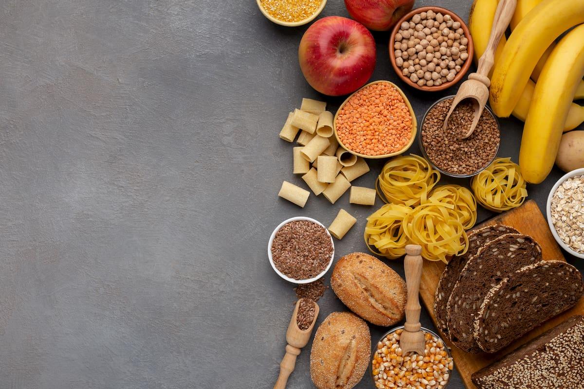 Mesa de alimentos con hidratos de carbono